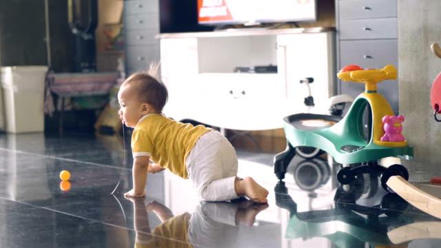 vidéos et rushes de garçon bébé bambin heureux d'apprendre à marcher - ramper