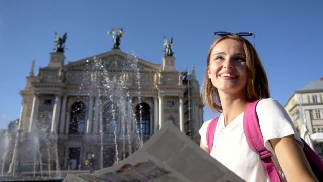 happy tourist girl near fountain - maglietta bianca video stock e b–roll