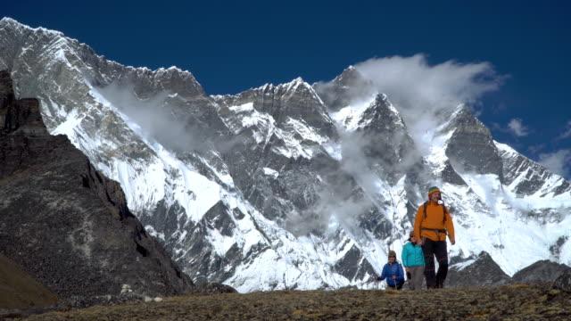 ネパールの山の中で満足している観光客 - ネパール点の映像素材/bロール