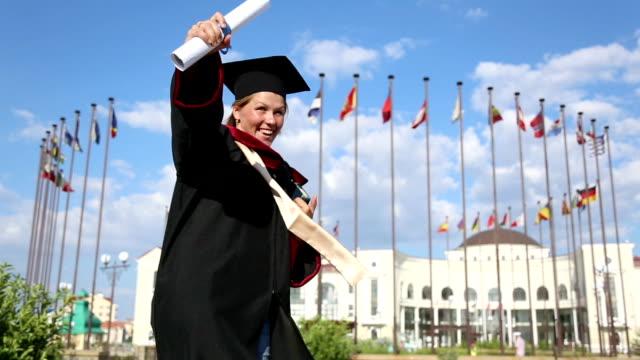 Glückliche Universität Absolventen mit Diplom – Video