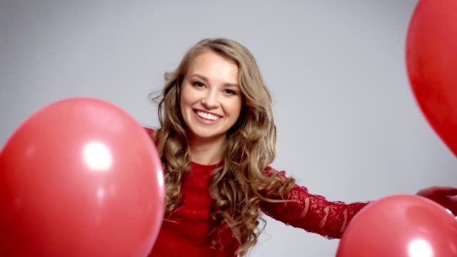 kırmızı balonlar arasında mutlu kadın - sadece genç bir kadın stok videoları ve detay görüntü çekimi