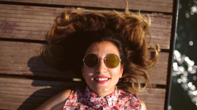 glückliche frau am meer - lippenstift stock-videos und b-roll-filmmaterial