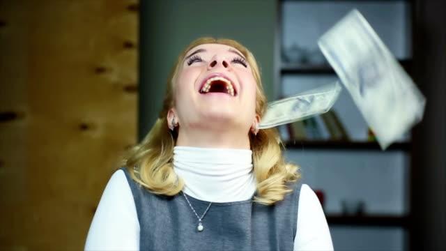 glückliche frau gespräch geld von oben, gewinner, preisgekrönten lotterie - lotto stock-videos und b-roll-filmmaterial