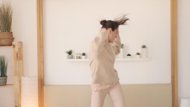 stockvideo's en b-roll-footage met gelukkige vrouw dansen thuis - happy woman