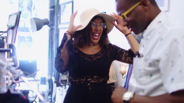 stockvideo's en b-roll-footage met gelukkige vrouw dansen in vintage store - 25 29 jaar