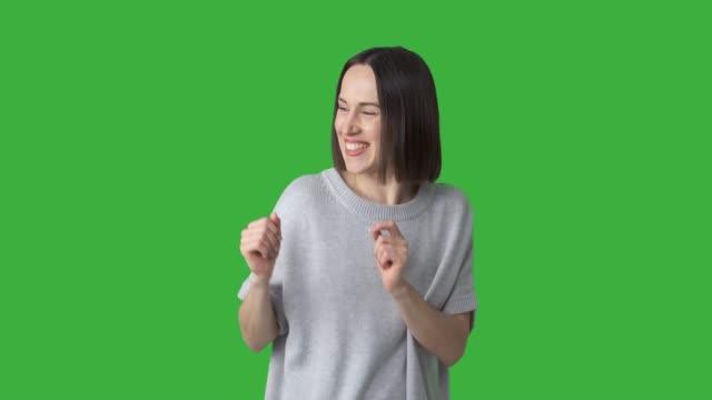 녹색 배경 위에 춤 행복 한 여자 - 속 편함 스톡 비디오 및 b-롤 화면