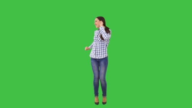glückliche frau tanzen - ganzkörperansicht stock-videos und b-roll-filmmaterial