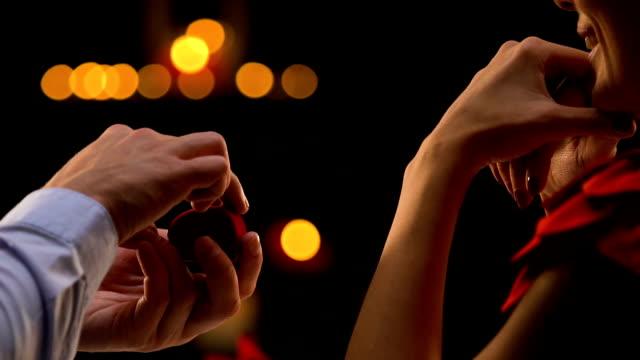 幸せな女見て興奮して彼氏指輪を差し出し、彼女に提案を作る - 指輪点の映像素材/bロール