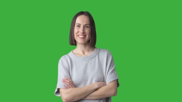 vídeos de stock, filmes e b-roll de mulher feliz que começ uma idéia brilhante sobre o fundo verde - fundo verde