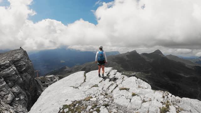 glad kvinna vandrare på toppen av berget - wengen bildbanksvideor och videomaterial från bakom kulisserna