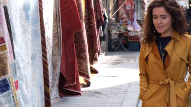 donna felice nel grande bazar - grand bazaar video stock e b–roll