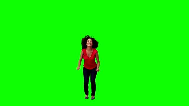 donna felice sta saltando - saltare video stock e b–roll