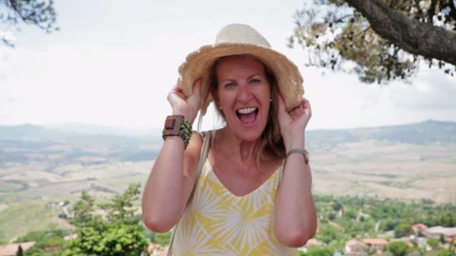 happy woman on vacation - 50 54 lata filmów i materiałów b-roll