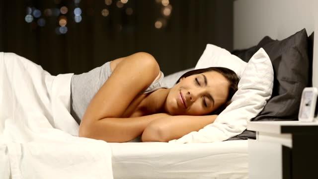 vídeos y material grabado en eventos de stock de mujer feliz durmiendo en la cama en la noche - dormir
