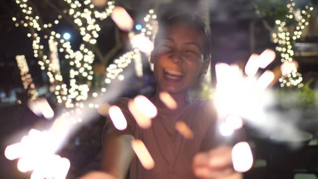 폭죽과 웃 고 행복 한 여자 - 속 편함 스톡 비디오 및 b-롤 화면