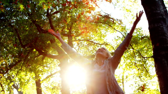 happy woman throwing maple - 50 54 lata filmów i materiałów b-roll