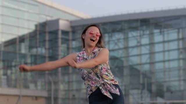 mutlu kadın turist dans diş ipi meme dans sevinçle ve başarı kutluyor, müzik zevk - tiktok stok videoları ve detay görüntü çekimi