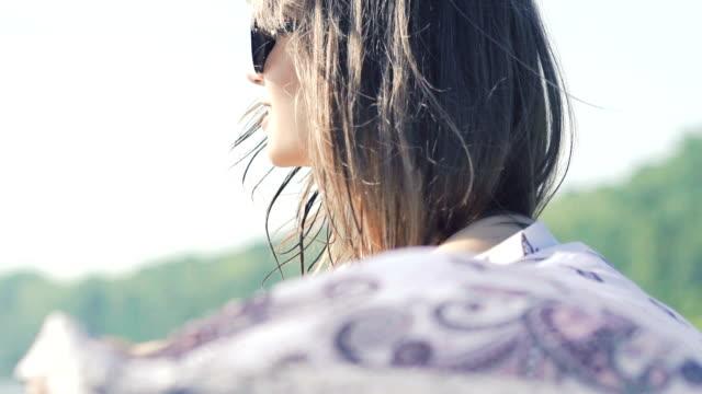 lycklig kvinna vända med sarong på himmel bakgrund. långsamt - sarong bildbanksvideor och videomaterial från bakom kulisserna