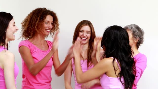 szczęśliwy kobiet wiwatują - breast cancer awareness filmów i materiałów b-roll