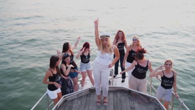 Mulheres felizes dançando na festa de despedida de solteira - vídeo