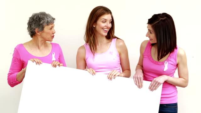 szczęśliwy kobiety gospodarstwa, białe karty - breast cancer awareness filmów i materiałów b-roll