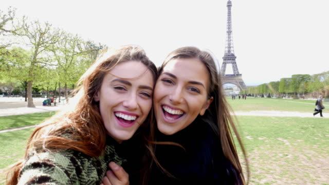 glückliche frauen ein selfie aufnehmen in paris - selfie stock-videos und b-roll-filmmaterial