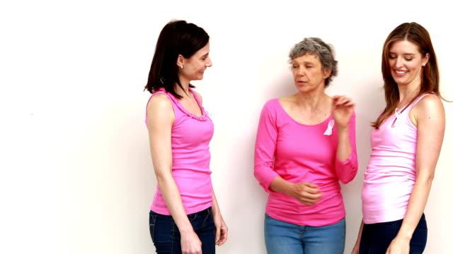 szczęśliwy kobiet mówić - breast cancer awareness filmów i materiałów b-roll