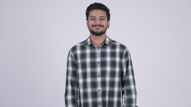 Feliz jovem hipster indiano barbudo - vídeo