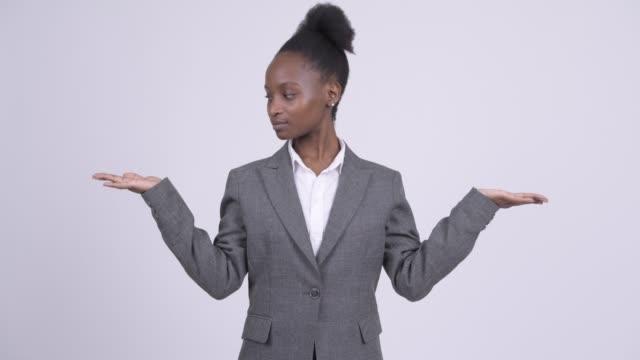 felice giovane bella imprenditrice africana confrontando qualcosa - due oggetti video stock e b–roll
