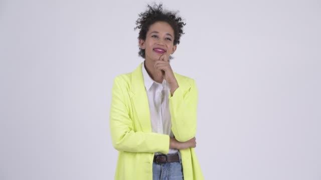 Feliz jovem jovem mulher de negócios africana pensando - vídeo