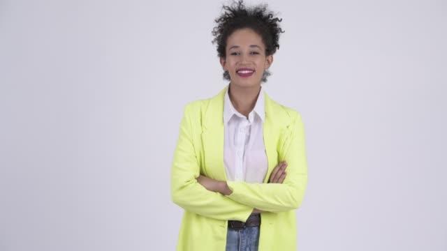 Feliz jovem jovem mulher de negócios africano com os braços cruzados - vídeo