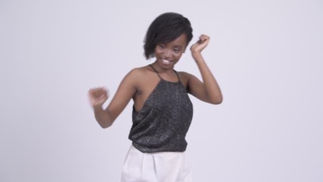 Feliz jovem e linda mulher africana pronta para festejar - vídeo