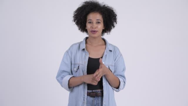 Feliz jovem mulher africana bonita - vídeo