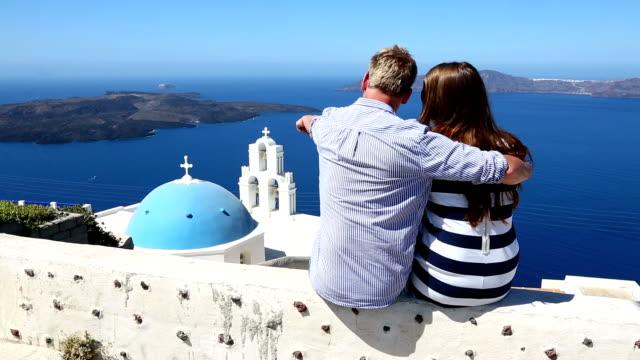 hd : 幸せな若いカップル、サントリーニ島、ギリシャ - ギリシャ点の映像素材/bロール