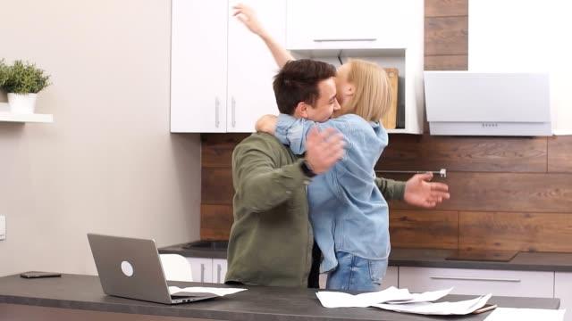 vidéos et rushes de jeune famille heureuse jette des documents dans la joie, ils viennent d'apprendre sur le résultat négatif sur covide-19 - bec
