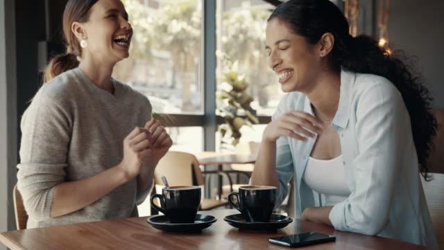 glückliche junge freundinnen treffen sich in einem café - freund stock-videos und b-roll-filmmaterial