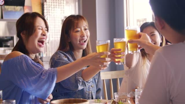 glad ung grupp matsal och dricka öl på restaurang - pub bildbanksvideor och videomaterial från bakom kulisserna