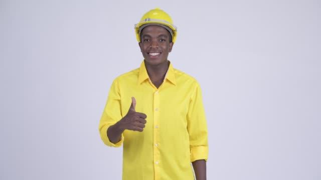 Feliz jovem e bonito empresário africano como engenheiro - vídeo