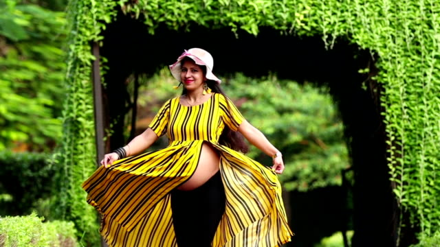 Mulheres gravidas indianas novas felizes - vídeo