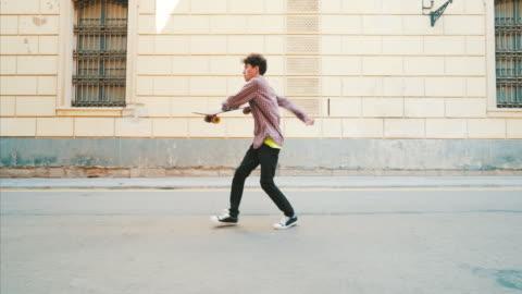 felice giovane che balla per le strade. - people video stock e b–roll