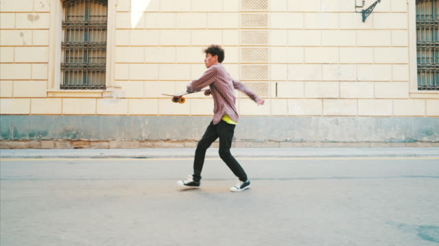 vídeos de stock e filmes b-roll de happy young man dancing on the streets. - pessoa