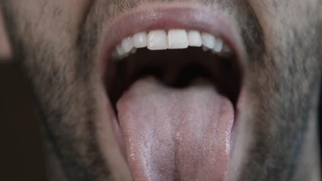 giovane felice che mostra la lingua nella telecamera - fare la lingua video stock e b–roll