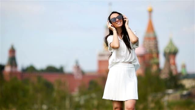 glada unga urbana kvinnan njuta av sin semester i staden - röda torget bildbanksvideor och videomaterial från bakom kulisserna