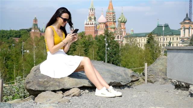 lycklig ung urban kvinna i europeisk stad. - kreml bildbanksvideor och videomaterial från bakom kulisserna