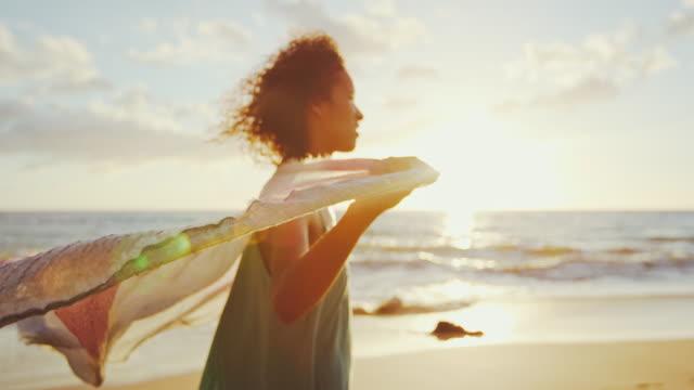 vídeos de stock, filmes e b-roll de mulher jovem feliz ao pôr do sol - vento