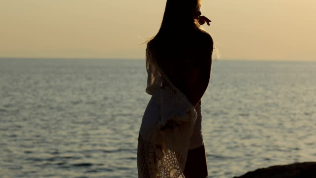 Happy young woman dancing by the sea - vídeo