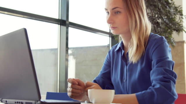 glad ung kvinna dricka kaffe och använda surfplatta i ett kafé - bordsjordglob bildbanksvideor och videomaterial från bakom kulisserna