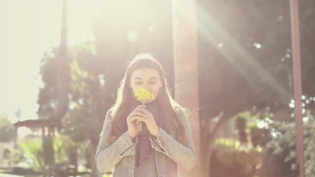 vídeos y material grabado en eventos de stock de mujer joven feliz, disfrutar de la luz del día en el parque - manzanilla