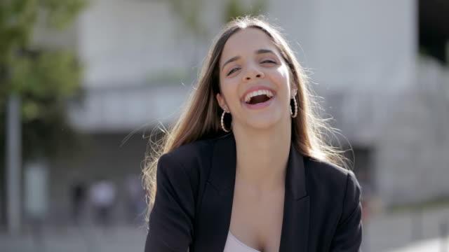 glückliche junge frau lächelt bei kamera im freien - ohrring stock-videos und b-roll-filmmaterial