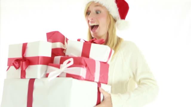 幸せな若い女性のクリスマス帽子を着用は、 - サンタの帽子点の映像素材/bロール